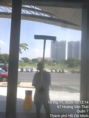 vệ sinh kính tòa nhà cao tầng